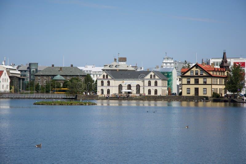 在湖附近的议院在雷克雅未克,冰岛的中心 库存图片