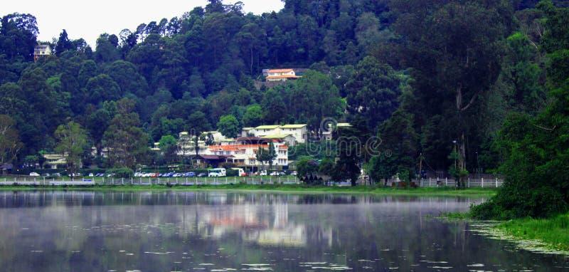 在湖附近的议院在kodaikanal湖 免版税库存图片