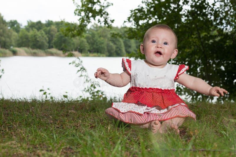 在湖附近的婴孩 免版税图库摄影