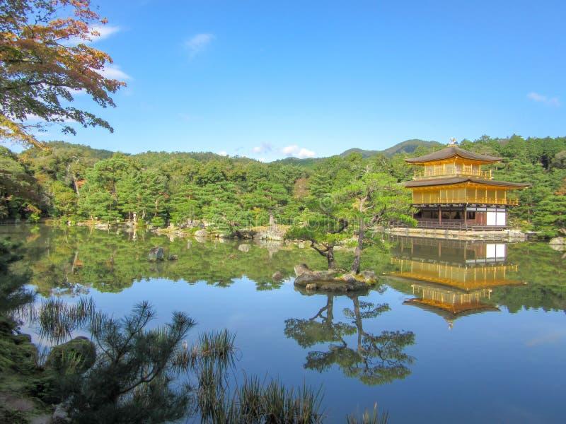 在湖附近的Kinkakuji寺庙 图库摄影