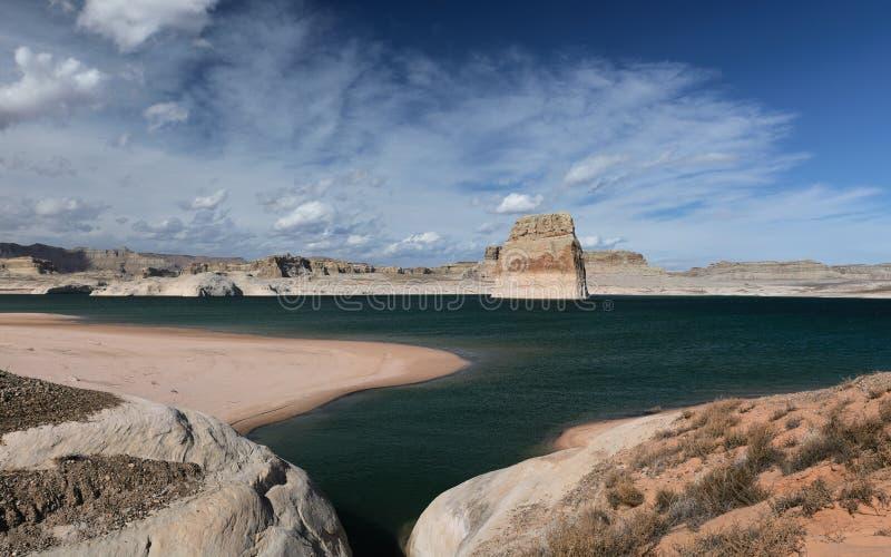 在湖鲍威尔,亚利桑那美国的孤立岩石 免版税库存照片