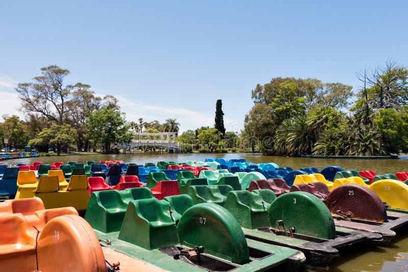 在湖,布宜诺斯艾利斯阿根廷的脚蹬小船 库存照片