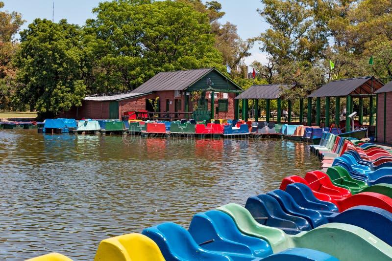在湖,布宜诺斯艾利斯阿根廷的脚蹬小船 免版税库存图片