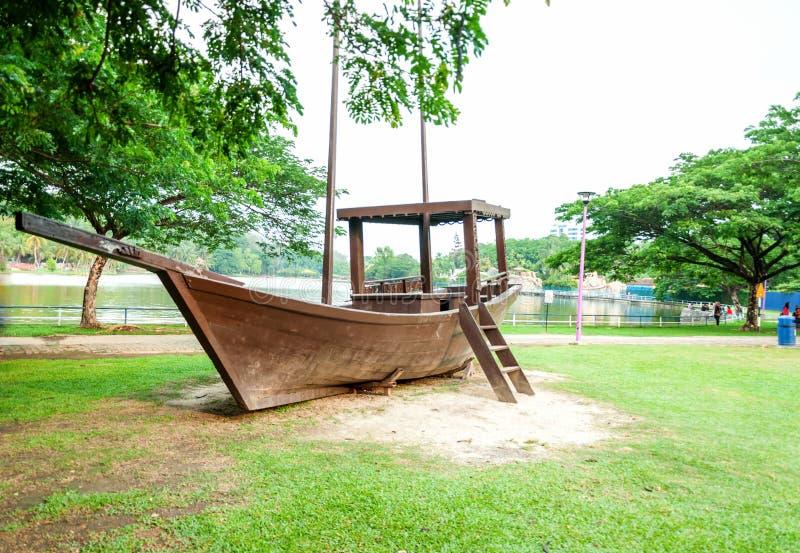在湖,莎阿南,马来西亚旁边的小船 库存图片