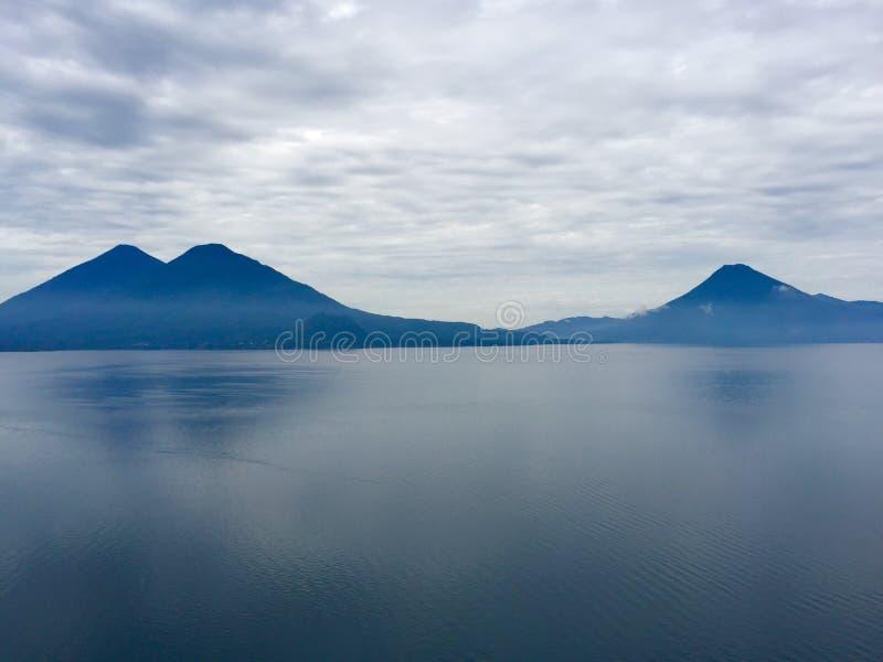 在湖Atitlan的火山 免版税库存图片