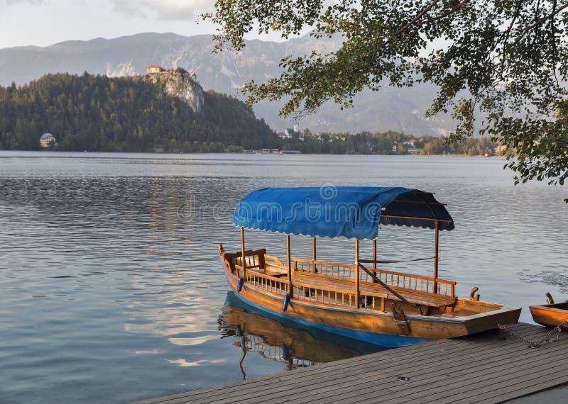 在湖Bled的小船由城堡俯视了在日落 库存图片