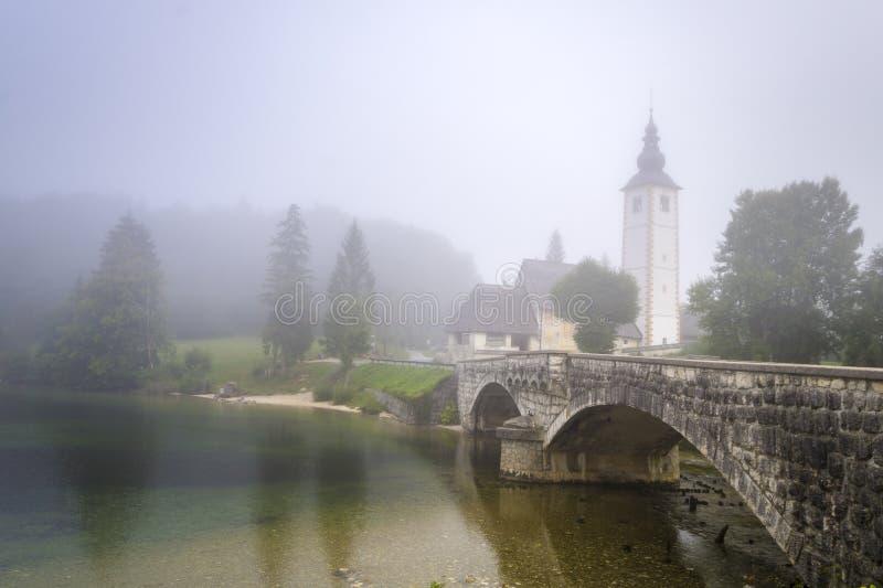 在湖Bohinj的壮观,美好的日出 免版税库存图片