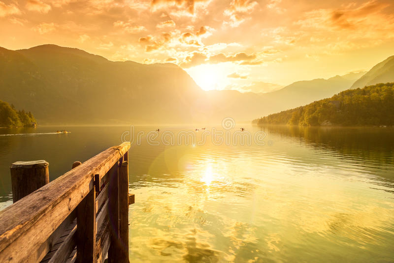 在湖Bohinj的日落 库存图片