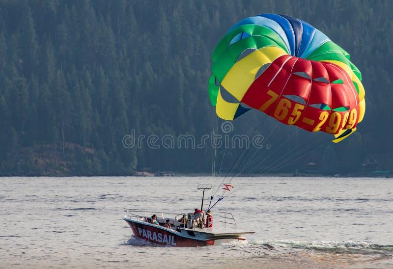 在湖Coeur d'Alene的帆伞运动 库存图片