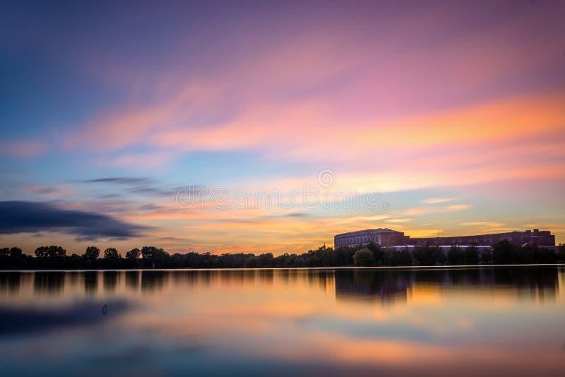 在湖Dutzendteich的日落 库存图片