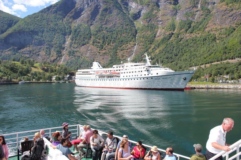 在湖flams的巡航旅途在山之间在挪威 库存图片