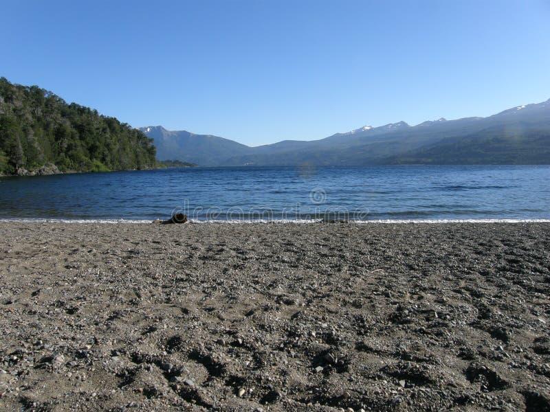 在湖Futalaufquen,Chubut,阿根廷的黑火山沙滩 库存图片
