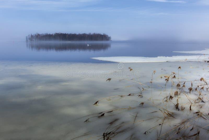 在湖Hjälmaren, Hampetorp,瑞典的冰终止 免版税图库摄影