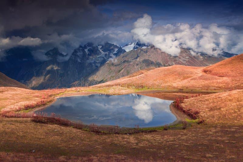 在湖Koruldi的五颜六色的秋天早晨 免版税库存照片