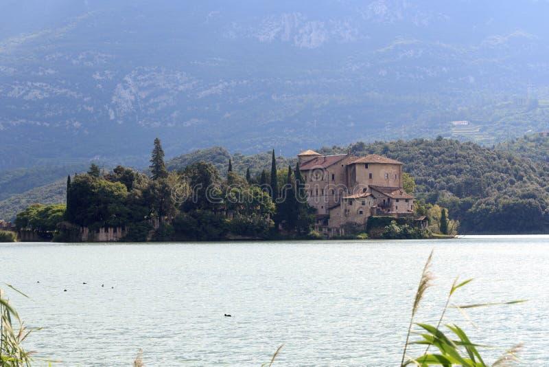 在湖Lago di Toblino和山全景,意大利防御Castel Toblino 免版税图库摄影