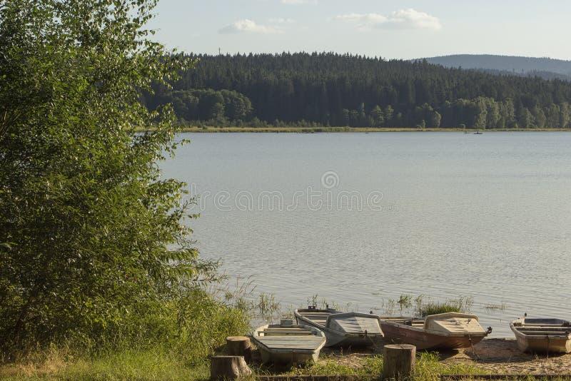 在湖Lipno的小渔夫小船在南波希米亚,捷克Repu 图库摄影