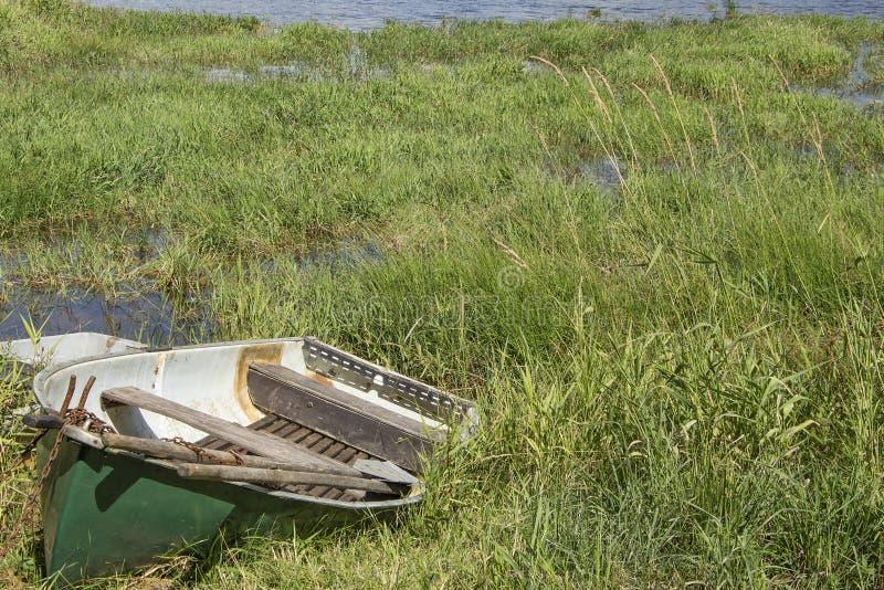 在湖Lipno的小渔夫小船在南波希米亚,捷克Repub 库存照片
