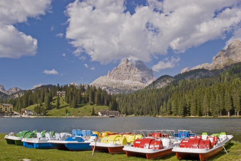 在湖Misurina的五颜六色的脚蹬小船 库存照片