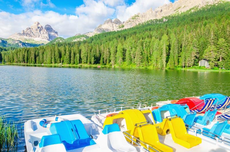 在湖Misurina的色的pedalos在意大利 免版税库存照片
