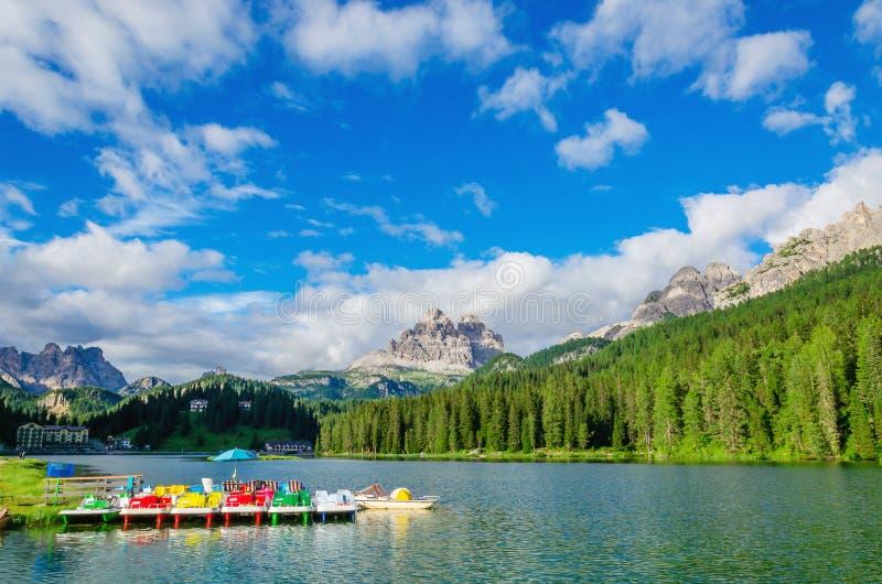在湖Misurina,白云岩,意大利的色的pedalos 免版税图库摄影