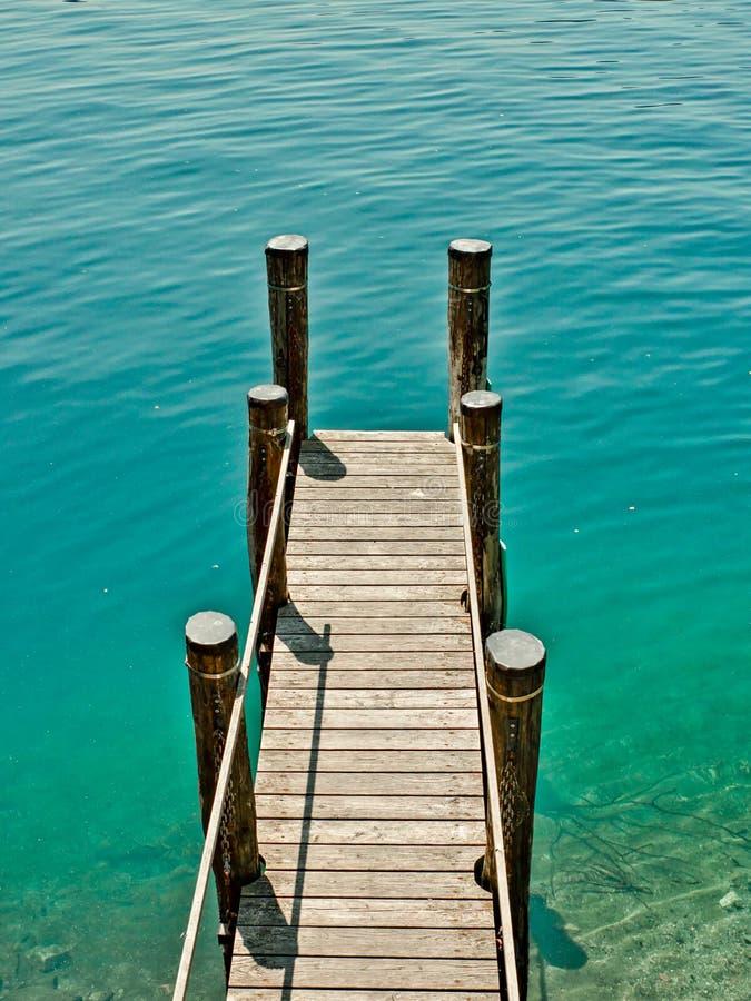 在湖orta意大利的水围拢的木码头在夏天下午期间 免版税库存图片