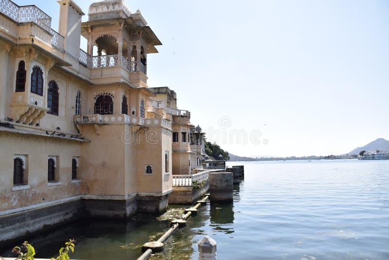 在湖Pichola的大厦在乌代浦,拉贾斯坦,印度 免版税库存图片