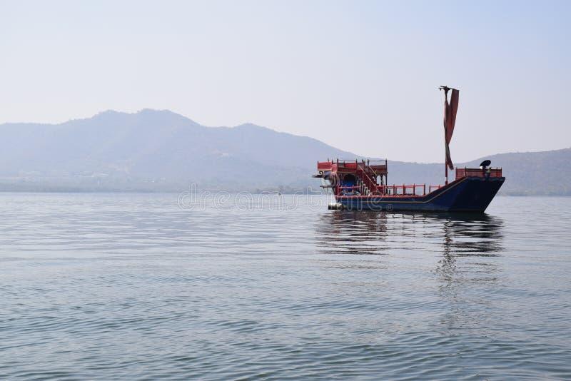 在湖Pichola的小船在乌代浦,拉贾斯坦,印度 免版税库存图片