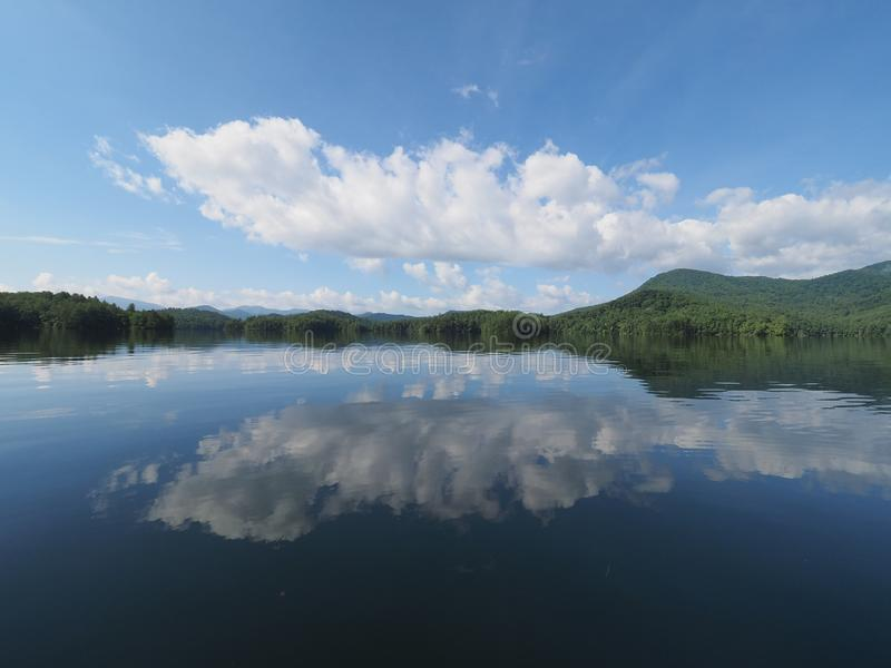在湖Santeetlah的早晨cloudscape 免版税库存照片