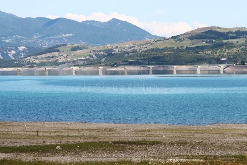在湖Serre-Poncon的桥梁在法国 免版税图库摄影