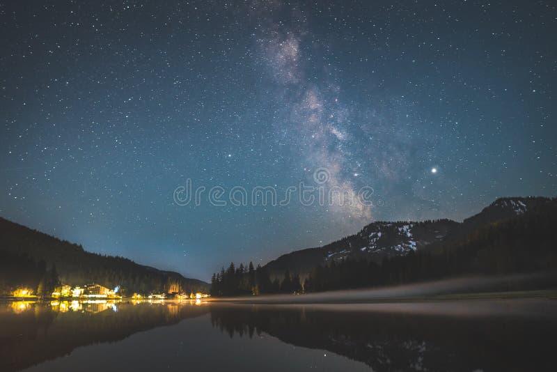 在湖Spitzingsee的银河在巴法力亚阿尔卑斯 免版税库存图片