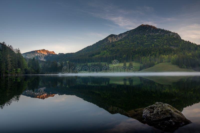 在湖Spitzingsee的镇静早晨 库存照片