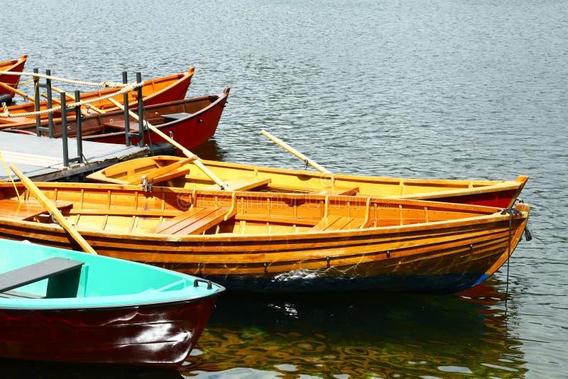 在湖Strbske普莱索的小船 免版税库存照片