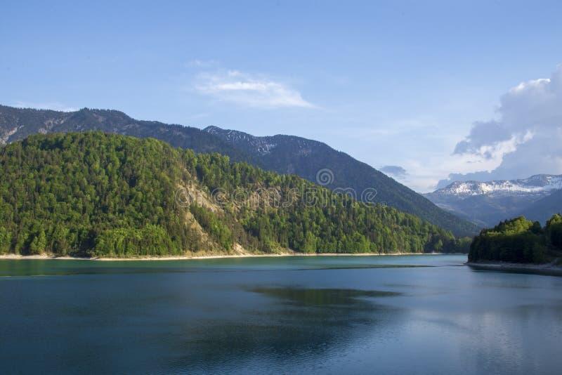 在湖Sylvenstein有阿尔卑斯的和蓝天的看法在backgroun 免版税库存图片