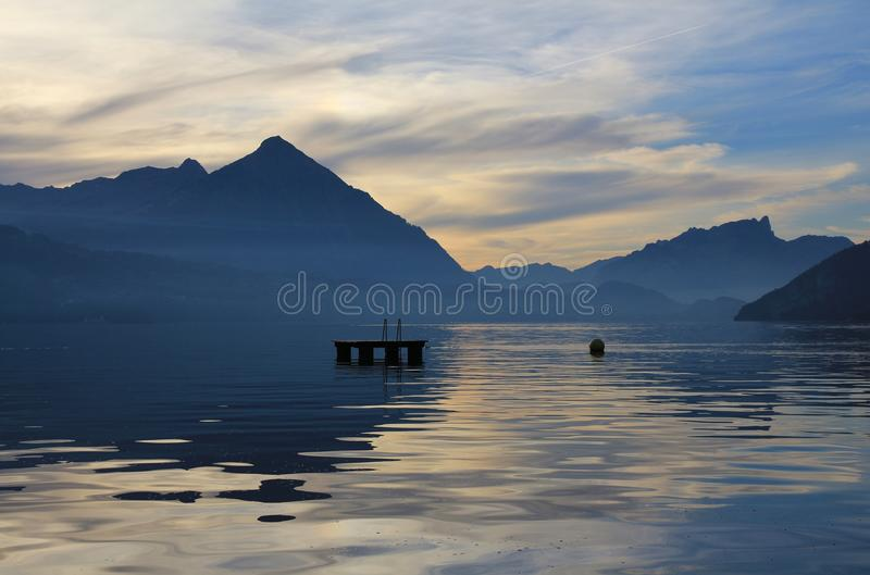 苍井空thunser_夏天场面在瑞士阿尔卑斯 湖thunsersee和登上niesen 照片拍摄时间