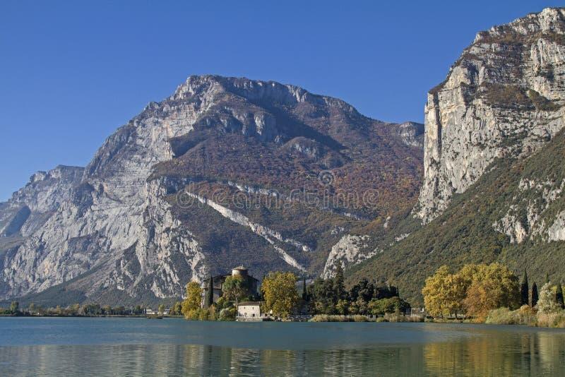 Download 在湖Toblino的秋天 库存照片. 图片 包括有 预留, 假期, 来回, 城堡, 静止, 意大利, 堡垒 - 62528294