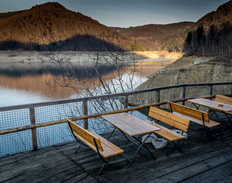 在湖Vidraru罗马尼亚边缘的长凳 库存照片