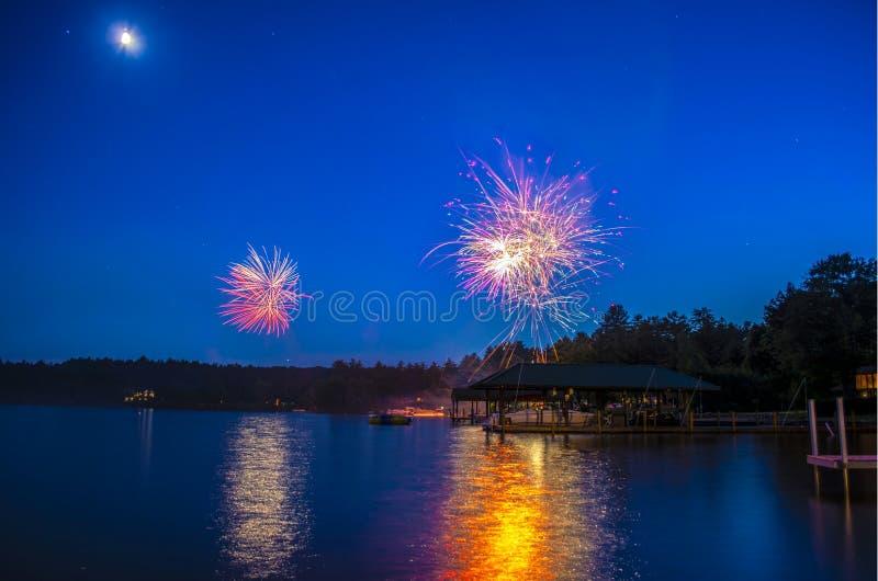 在湖Winnepesauke的烟花 免版税图库摄影