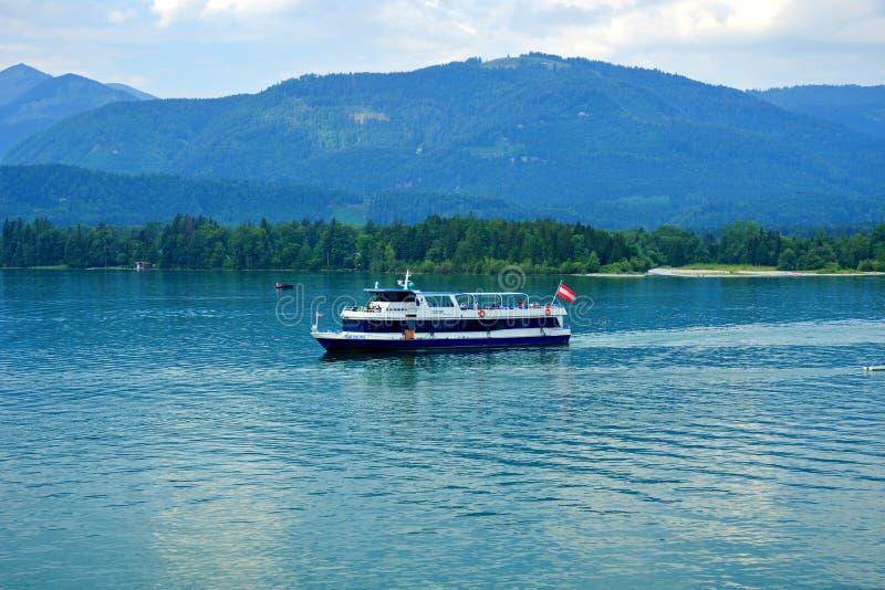 在湖Wolfgangsee的小船萨尔茨卡默古特在奥地利 库存图片
