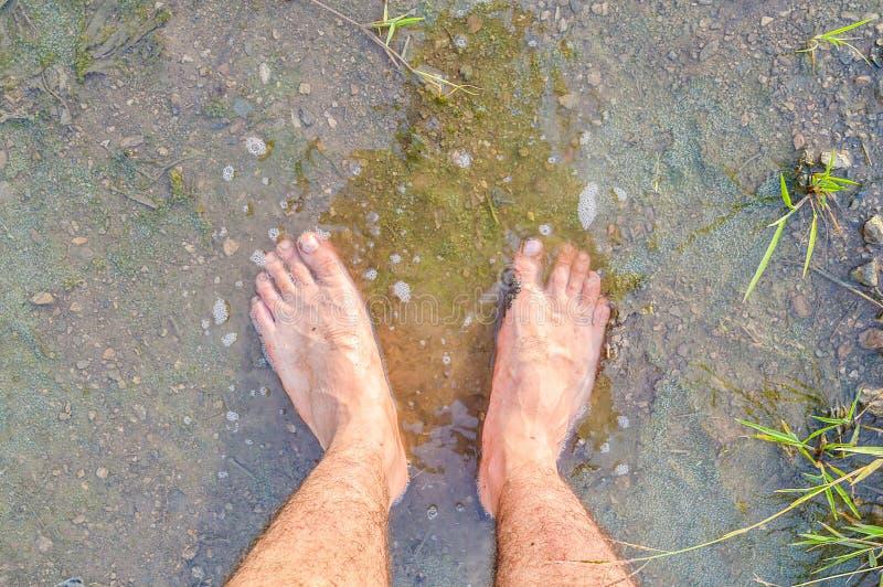 在湿土壤的脚 免版税库存图片