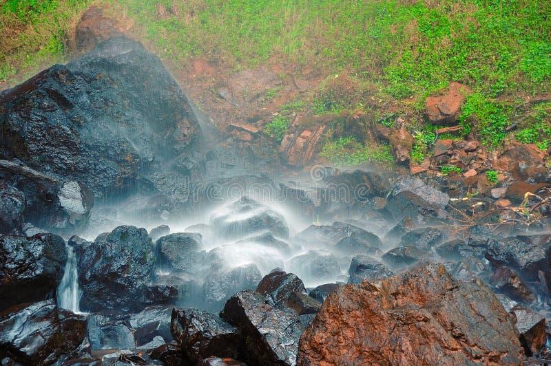 在湿岩石的小的瀑布 免版税图库摄影