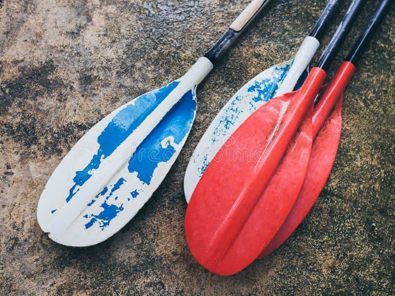 在湿水泥背景的皮船桨 免版税图库摄影