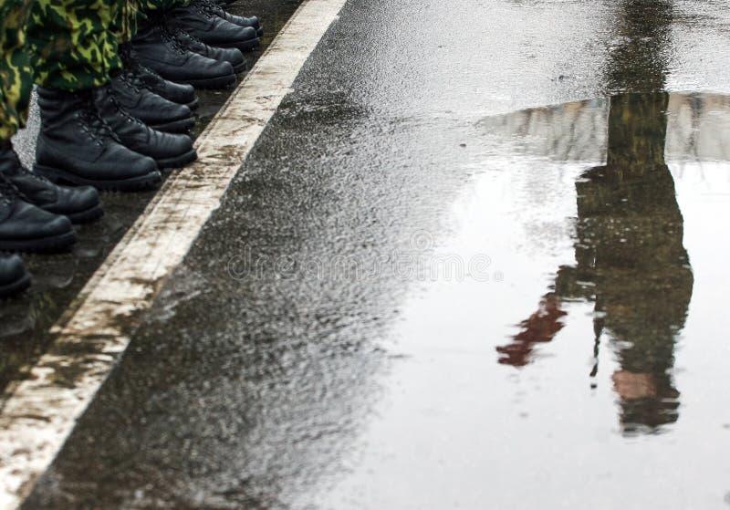 在湿路面军队的战士立场 库存照片