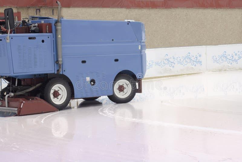 在溜冰场的冰准备在平衡的会议之间户外/擦亮了冰准备好比赛冰维护机器关闭 库存图片