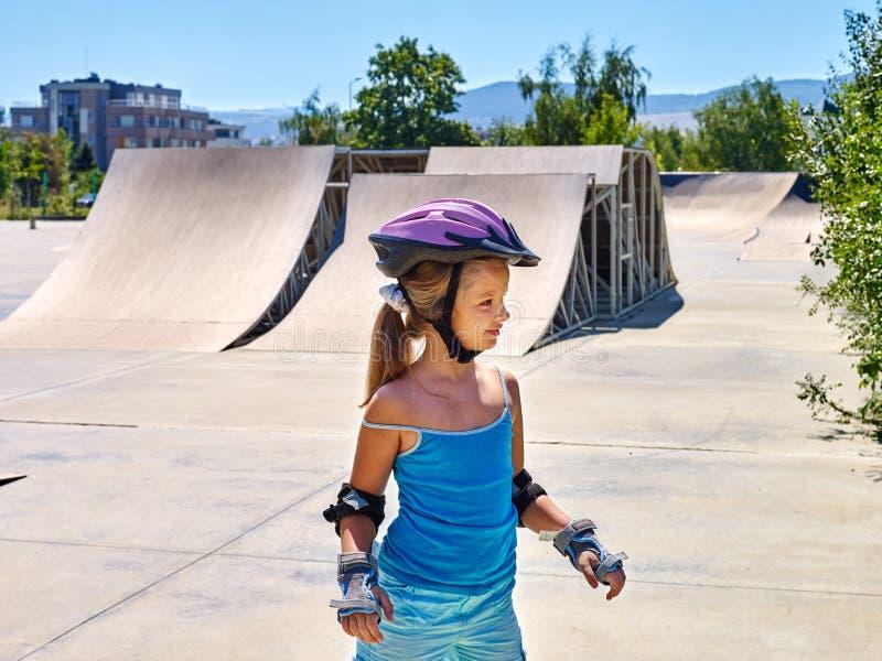 在溜冰鞋的女孩骑马在skatepark 室外 库存图片