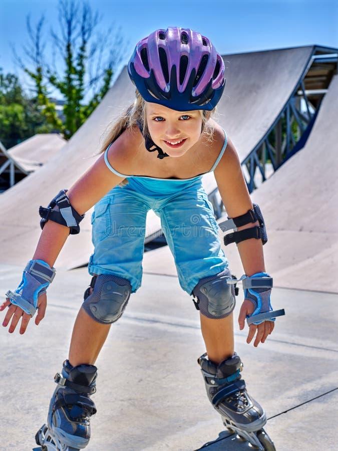 在溜冰鞋的女孩骑马在skatepark 库存图片