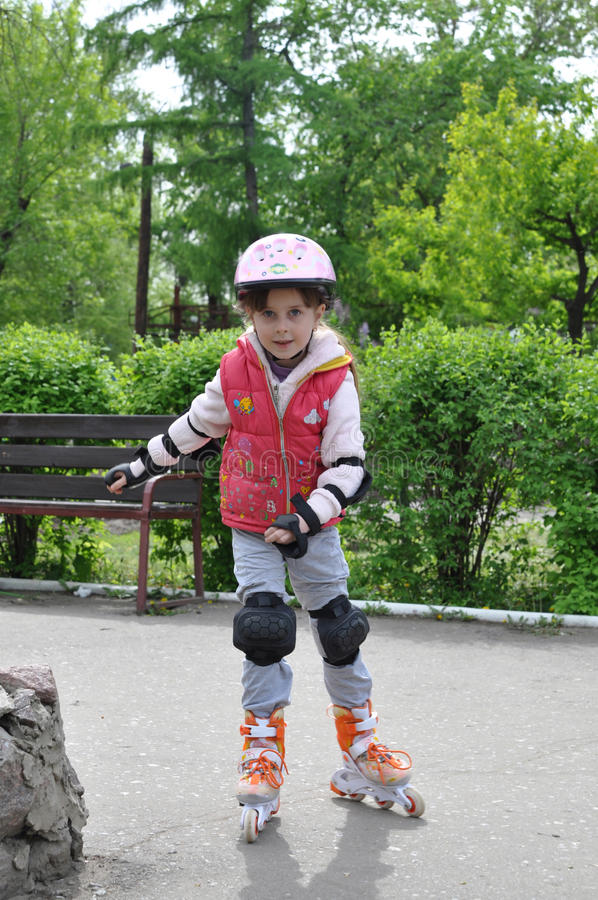在溜冰鞋的女孩骑马 库存照片