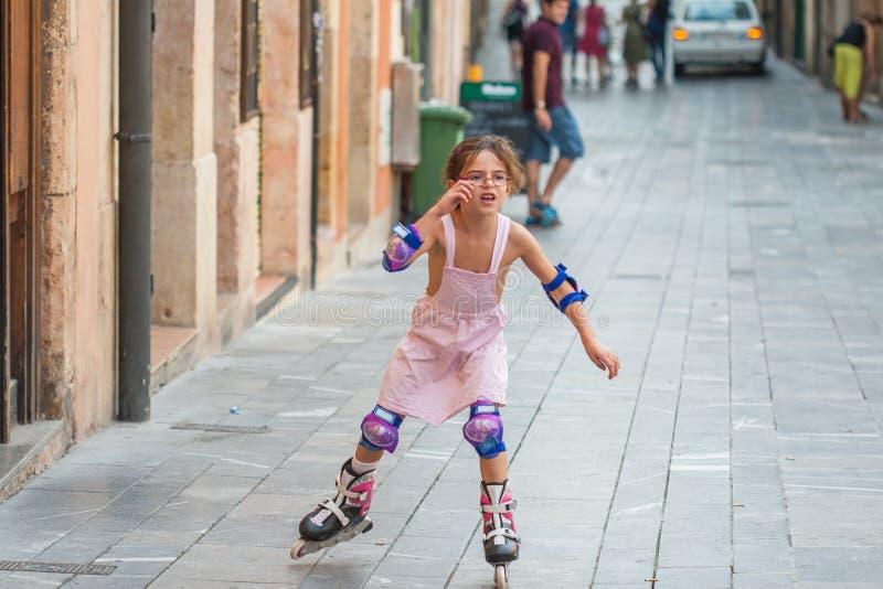 在溜冰鞋的女孩骑马 库存图片