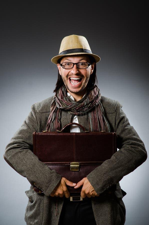 在滑稽的概念的人佩带的葡萄酒帽子 免版税库存照片
