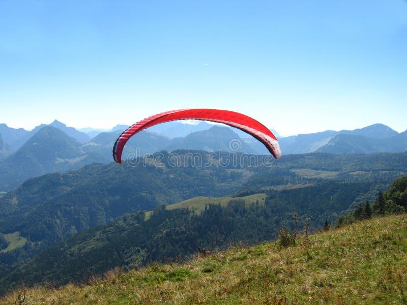 在滑翔伞salzkammergut 库存图片