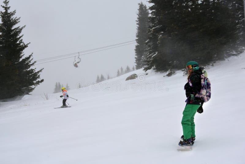 在滑雪倾斜的飞雪 库存图片